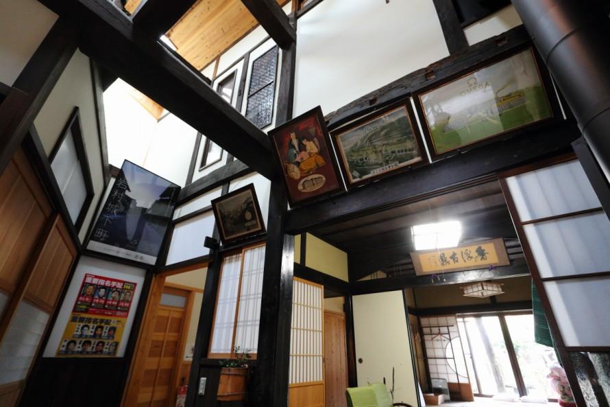 岩村本通りの藤時屋(とうじや)は寛政12年に建てられた建物を利用したという町家民宿。額装されている古いポスターの一つひとつが歴史を感じさせてくれる貴重なもの