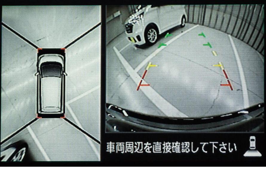 左側が全方位モニター。右側にバックモニターを組み合わせた画面で車庫入れをサポート。