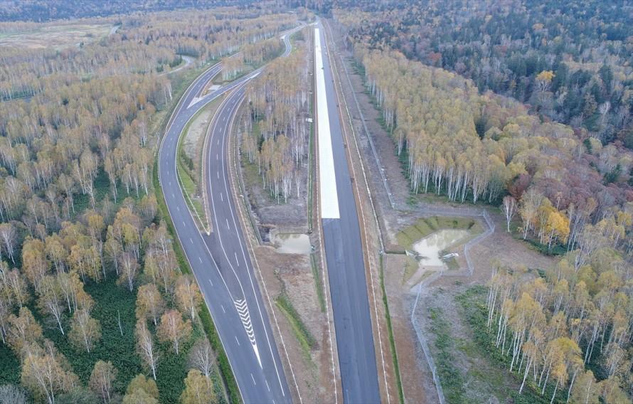 高速周回路は分岐や合流もあって高速道路といっても遜色のない作り
