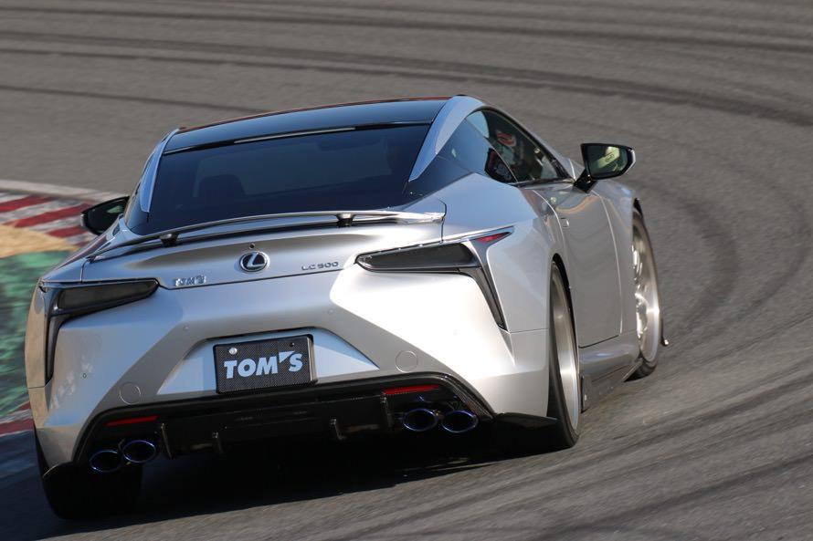 最新のスポーツクーペ・レクサスLC500のトムス仕様が豪快なドリフトを披露! ホイール・マフラー、エアロパーツが装着されている