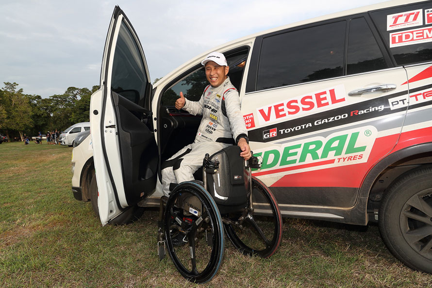 2017年のアジアクロスカントリーラリーでは、車椅子で参戦する青木拓磨選手のサポートカーとして助手席回転スライドシート仕様のイノーバが使われた。日本の福祉車両のノウハウが投入され、現地で生産されている。