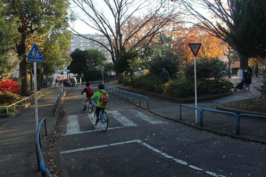 交通公園では本物の標識などが設置されており、一般的な道路に近い環境ができている