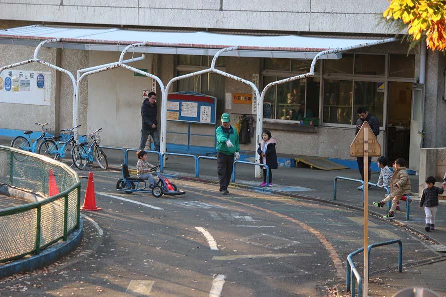 足こぎゴーカート乗り場周辺では、スタッフが常駐して公園内の交通指導に当たっていた