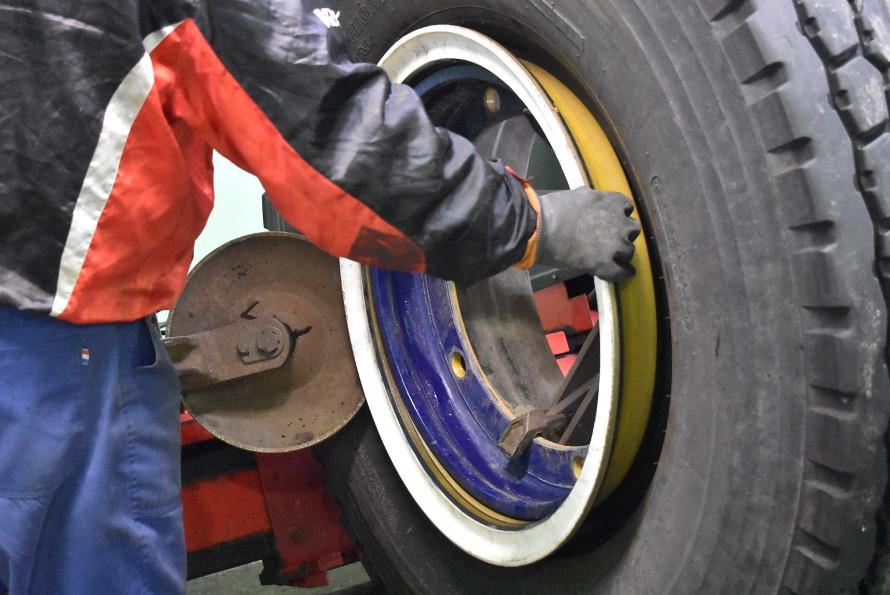 表側のタイヤとホイールを固定している部品を、接している部分の隙間に器具を差し込んではずす