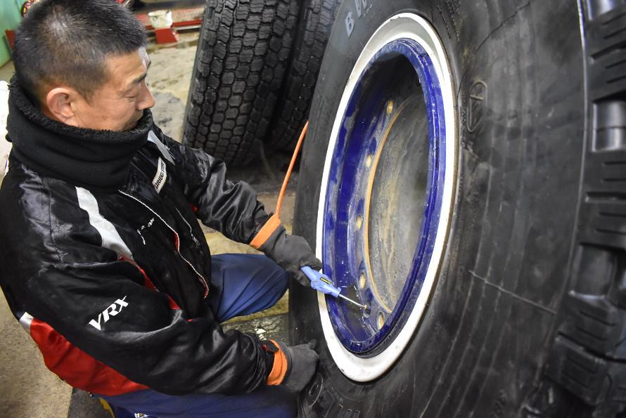 ホイールに固定したスタッドレスタイヤに空気を送りこんでホイールとタイヤをなじませるための微調整