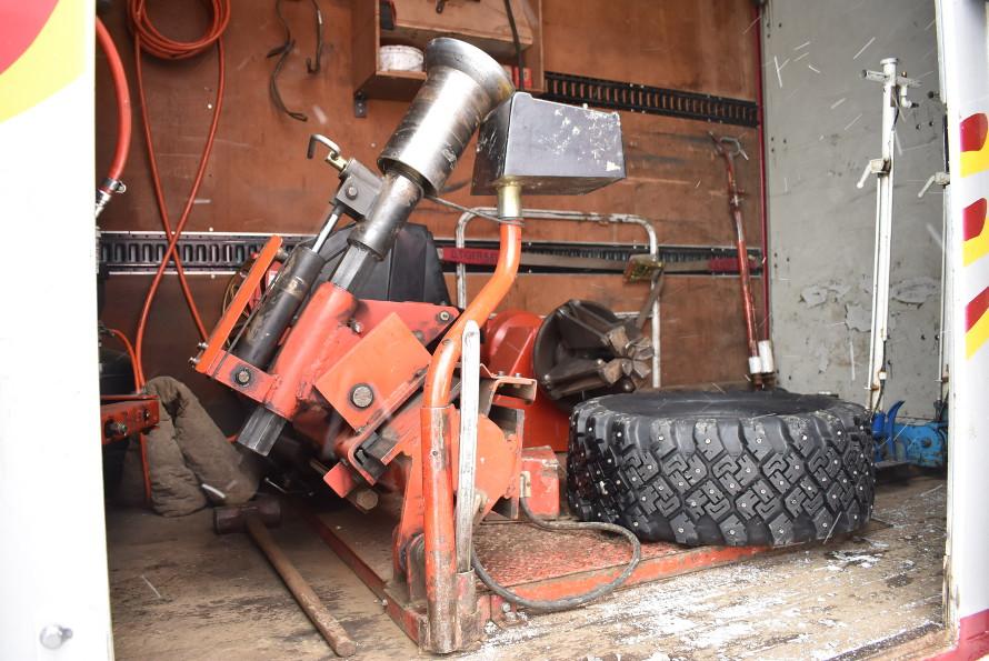 タイヤチェンジャーやジャッキ等、必要な装備がすべて積み込まれている