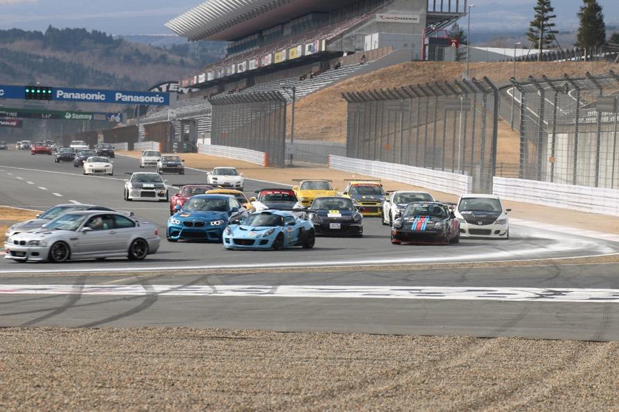 GTマシンの後にはBMW M3やロータス・エキシージ、ポルシェ911など市販のスポーツカーが続く