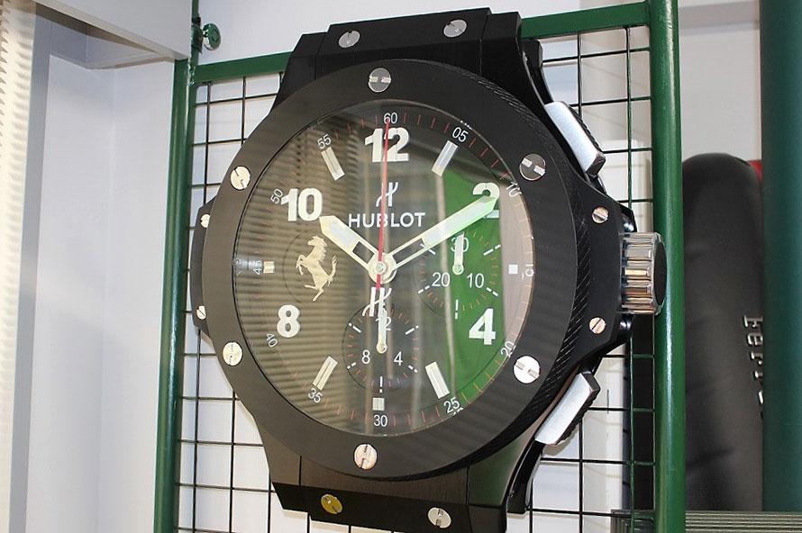 フェラーリ純正のウォールクロックは、時計メーカー「ウブロ」とのコラボアイテム。お値段は60万円とのこと