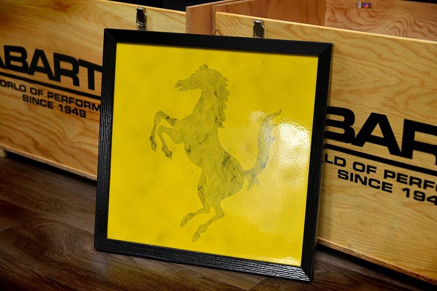 額装された跳ね馬のタイルはエンツォ・フェラーリの執務室に飾ってあったもの(非売品)