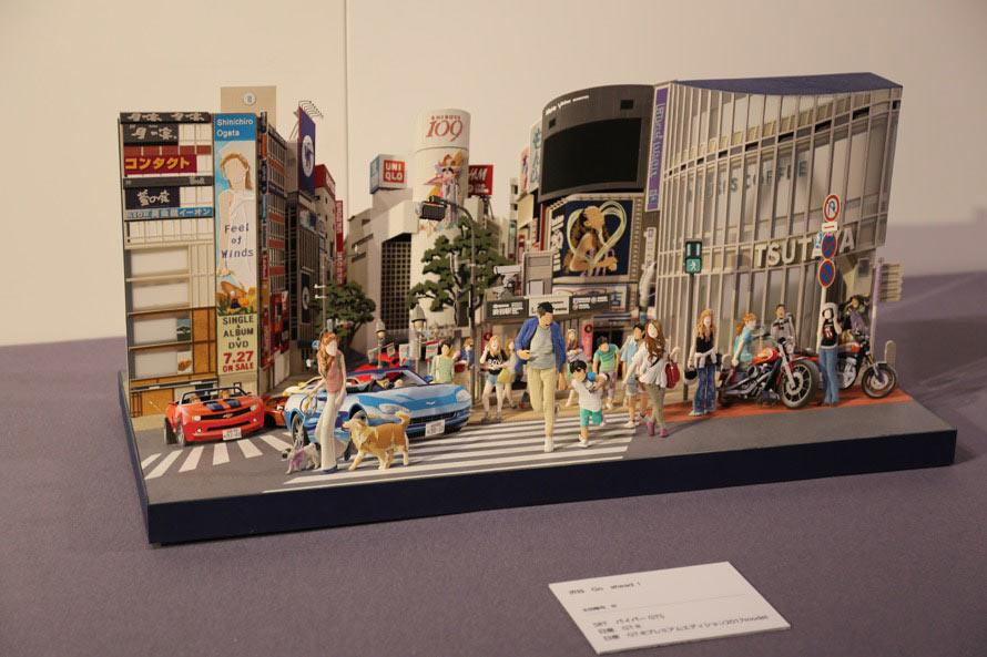 こちらはペーパーアーティスト・太田隆司氏の作品のひとつ。渋谷の街にトミカがうまく溶け込んでいる