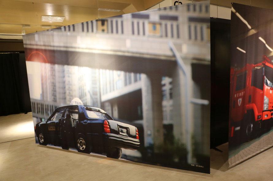 写真家・源 賀津己氏の作品。クラウン・コンフォートのトミカと東京都庁の組み合わせ