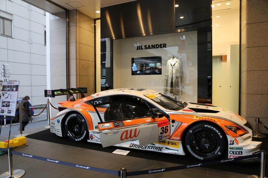 伊勢丹新宿店本館に隣接するメンズ館正面玄関前には2016年モデルのLEXUS au TOM'S RC Fも展示(21日からはHonda RAYBRIG NSX-GT)。