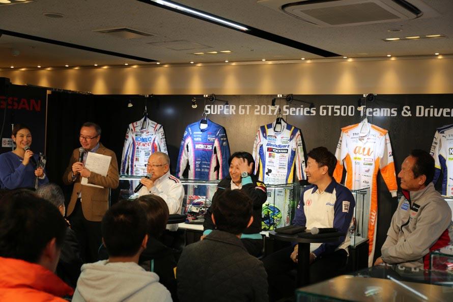 各チームの監督が一堂に会すトークショーは貴重。MCは高橋二朗氏と井澤エイミー氏