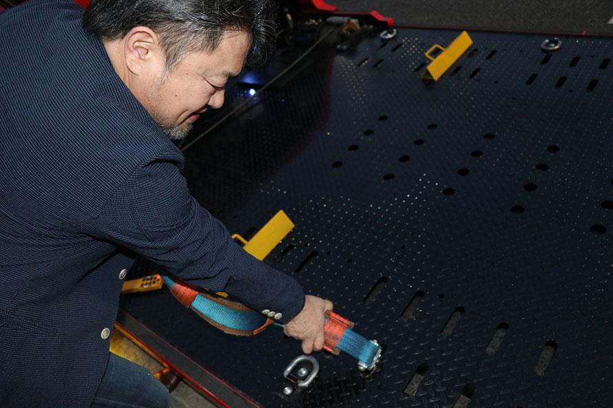 タイヤでの固定が無段階にできるように二列に細かく固定用の穴が設けられている