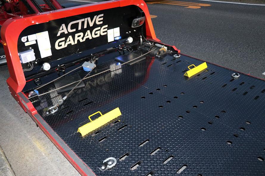 後方視界が良好なのも「フラトップZeroⅡ」の魅力。ウィンチはまだ使ったことがないそうだ。挟まれているゴムマットは、車高が低いクルマの上げ底用。荷台への乗り上げや、クルマ止めに寄せてタイヤで挟み込んで使用する