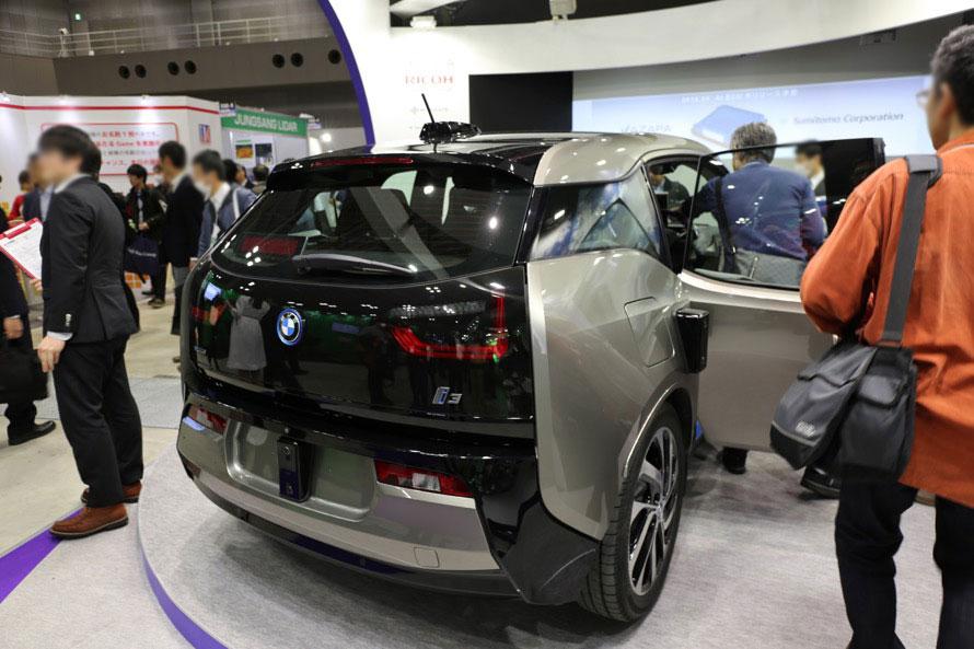 ベース車両はBMW i3。車体に装着されている四角い黒い物体がリコー製のステレオカメラだ
