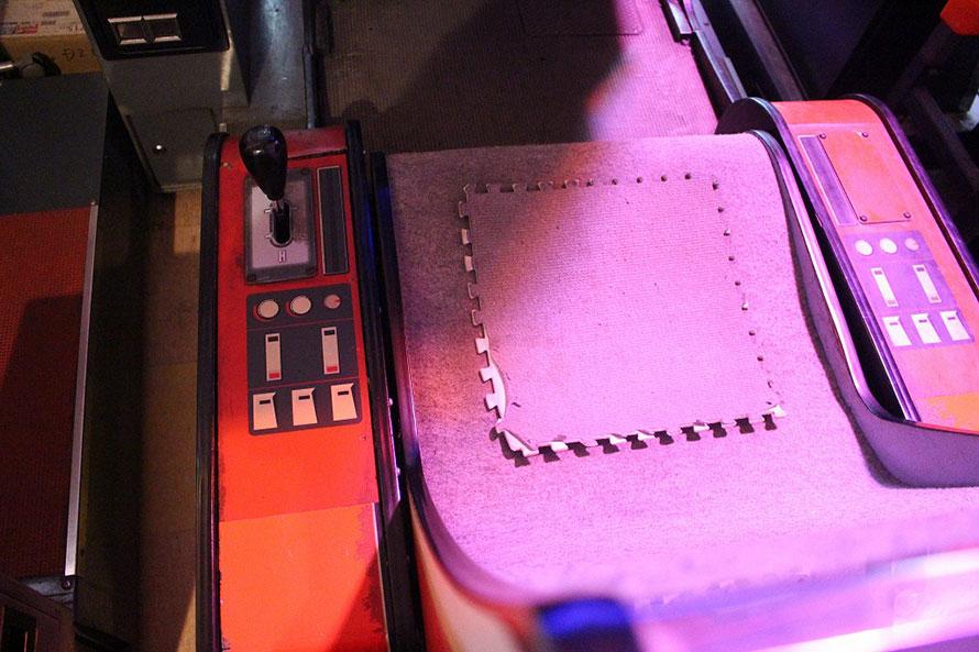 プレイするとクルマの挙動に合わせて左右に筐体が揺れる可動装置を搭載。今もその動きは健在だ 「アウトラン」© SEGA 1986