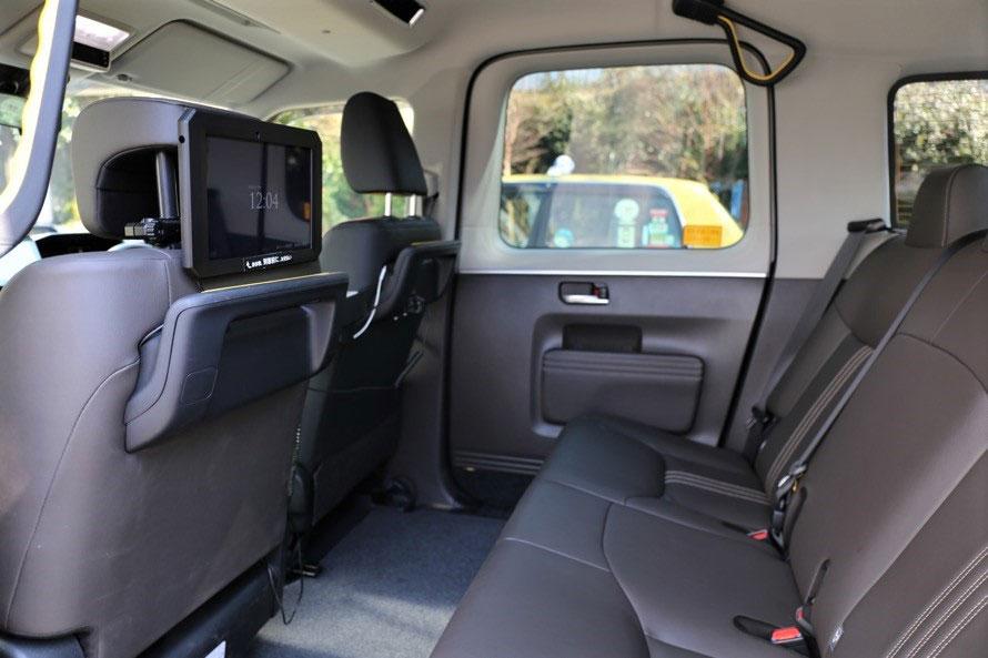 車椅子のまま乗れる「高さ」が特徴。備え付けのモニターは、トヨタがつい最近出資を発表した「JpanTaxi株式会社」のもの。デジタルサイネージとして動画広告の配信やスマートフォンでのキャッシュレス精算も可能。