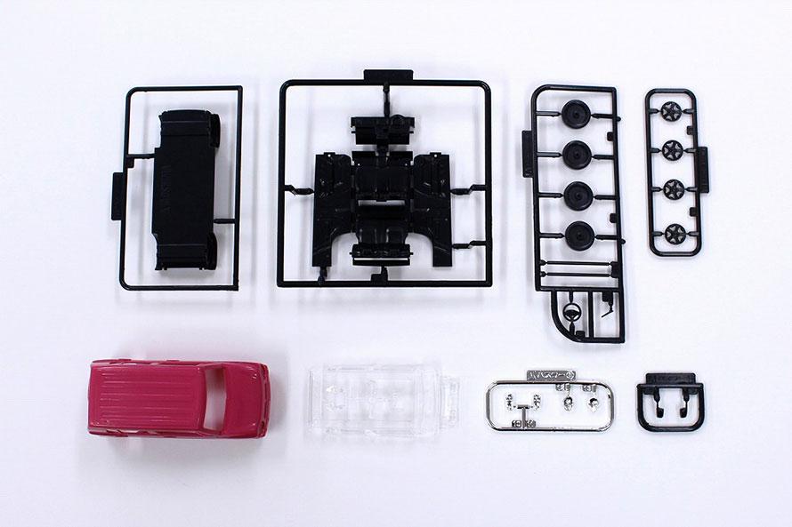 こちらはハスラーの全パーツ。通常のプラモデルを知っている人なら、点数の少なさに驚くはずだ。パーツが色分けされていることにも注目