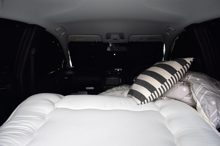 車内の凹凸をなくして身体を伸ばしやすく