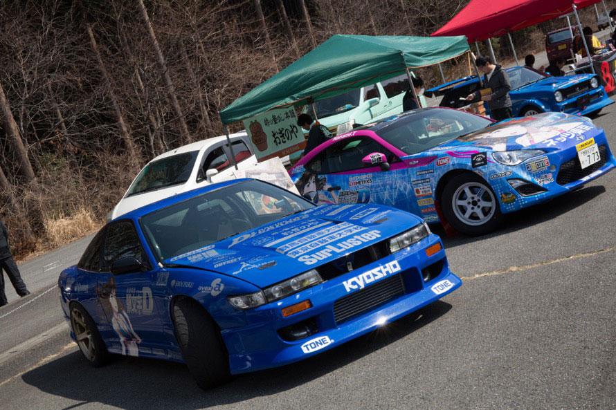 塚本選手の競技用マシンであるシルエイティと86。塚本選手は、地元のカート場でレーシングカートに魅了され、レーシングドライバーの道へ