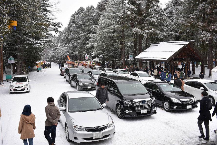 新年の仕事始めには門の正面にずらりと社用車が並ぶ