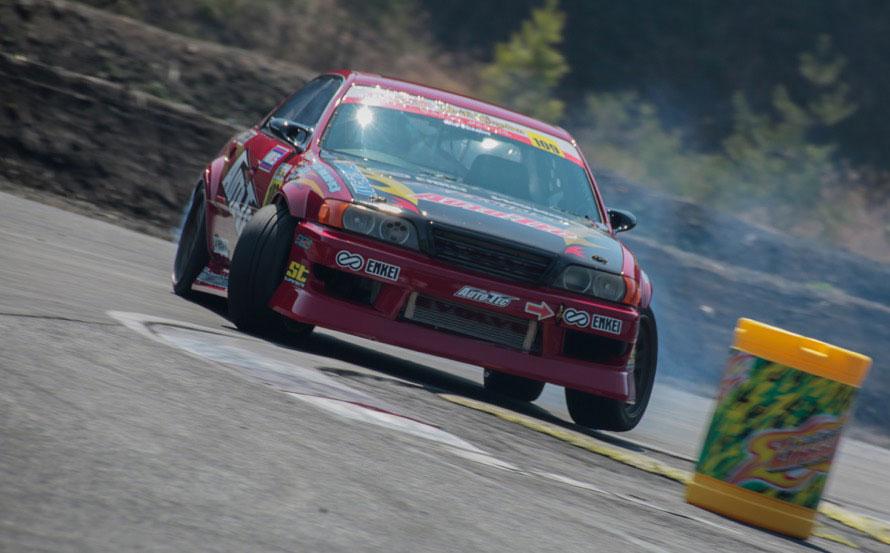 川井健太郎選手は大柄なチェイサーで130km/h近いスピードからドリフト。巧みにコントロールしてトップで通過!
