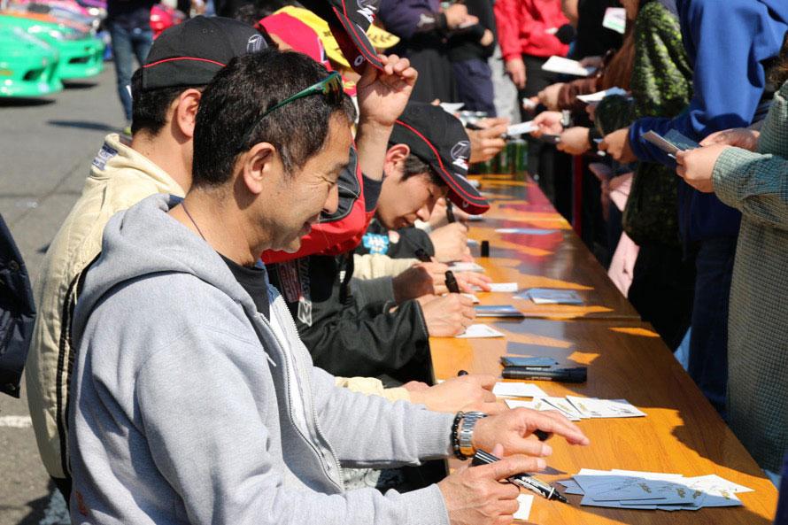 土屋圭市さんとMCの勝又智也さんによる「トークショー&サイン会」、来場した子どもたちを対象とした「コースde宝さがし」、「優勝者当てコンテスト」といった催しも行われた