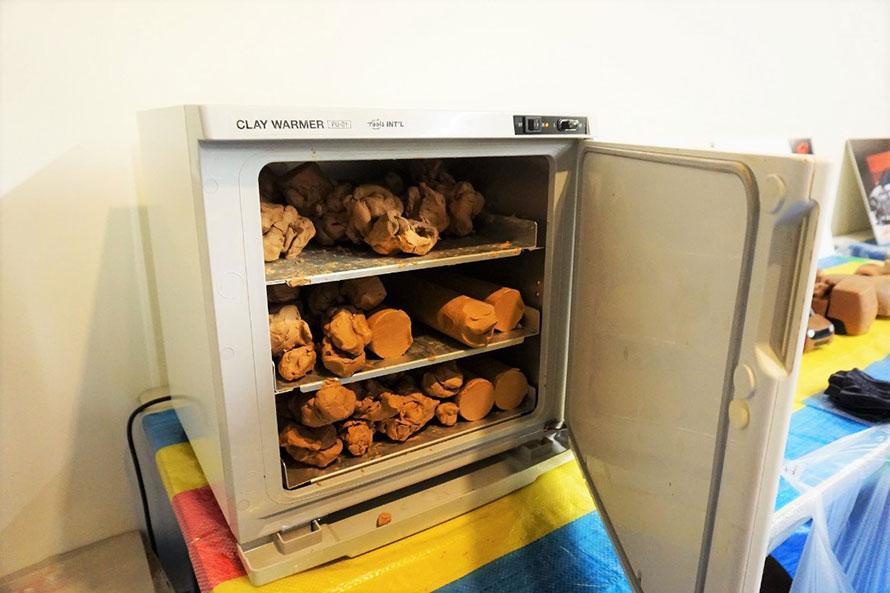 クレイ(粘土)は温度が下がると固まる性質を持っているため、常に温めています。こちらも、実際のクレイ造形に使われているもの。