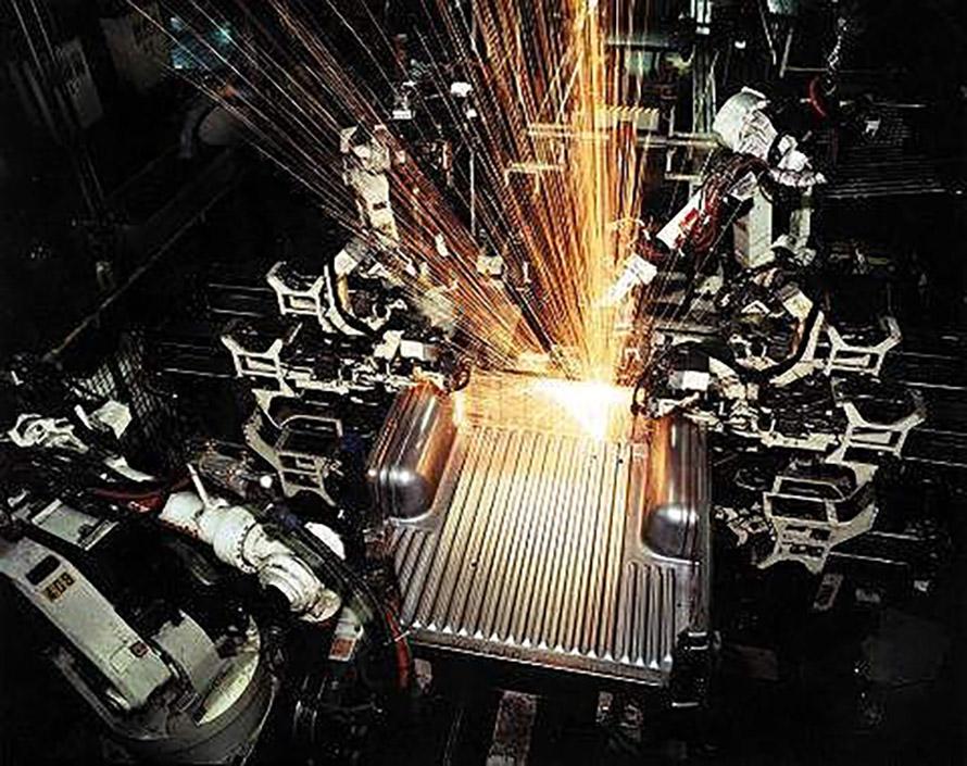 作業中のアーク溶接ロボット、複数のアームが別々の作業を担当する(画像:川崎重工業)