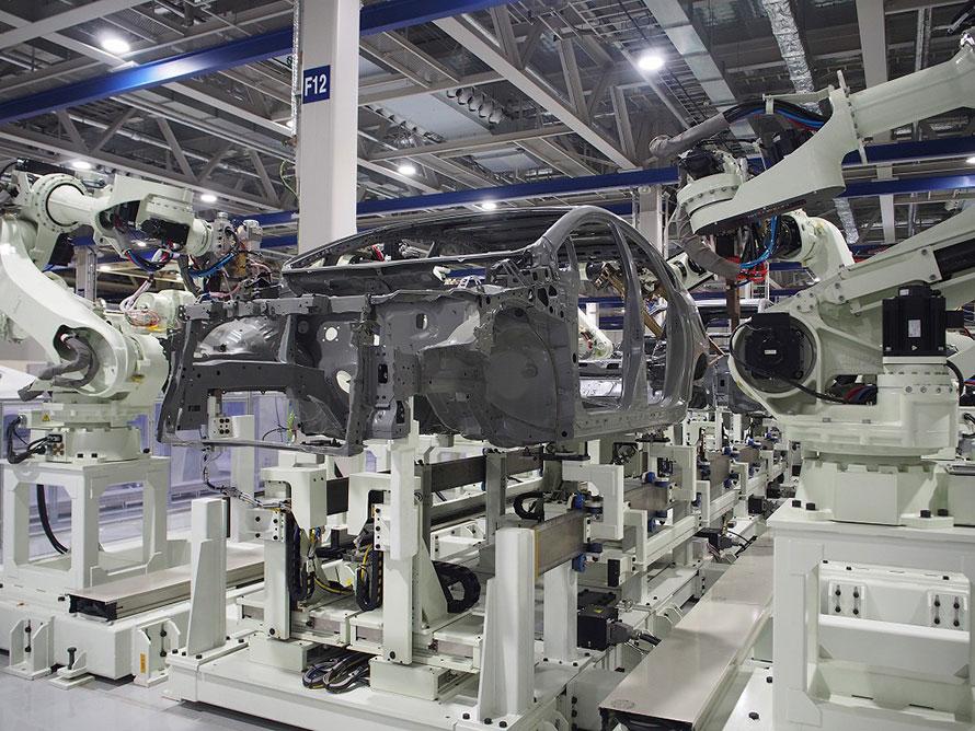 自動車のボディを溶接により組み上げている、スポット溶接ロボット(画像:川崎重工業)