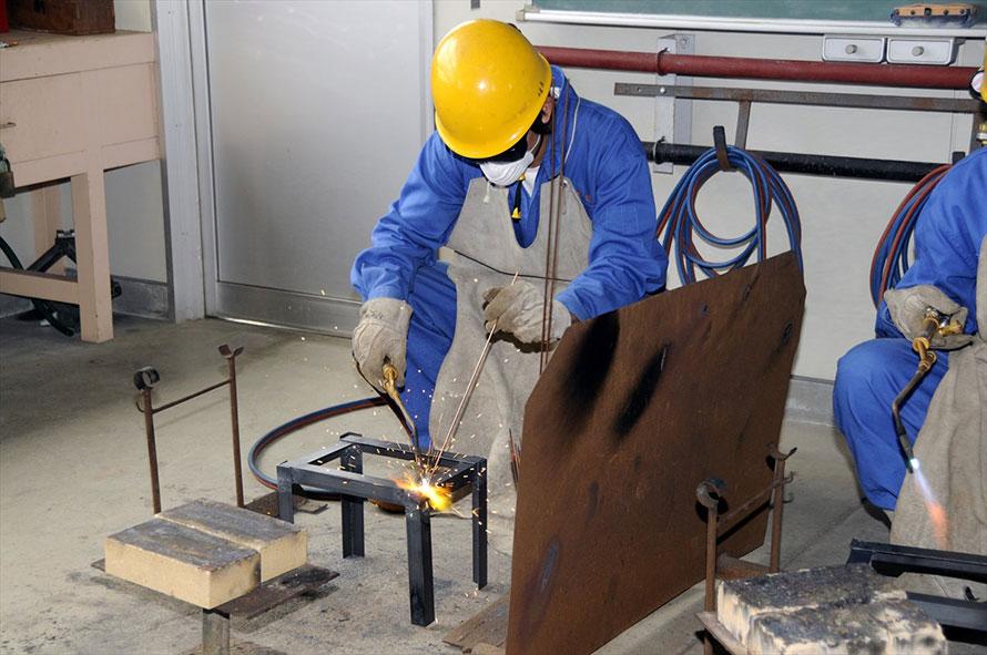 ガス溶接は作業時間こそかかるが、さまざまな状況に対応しやすい。写真のトーチはドイツ式
