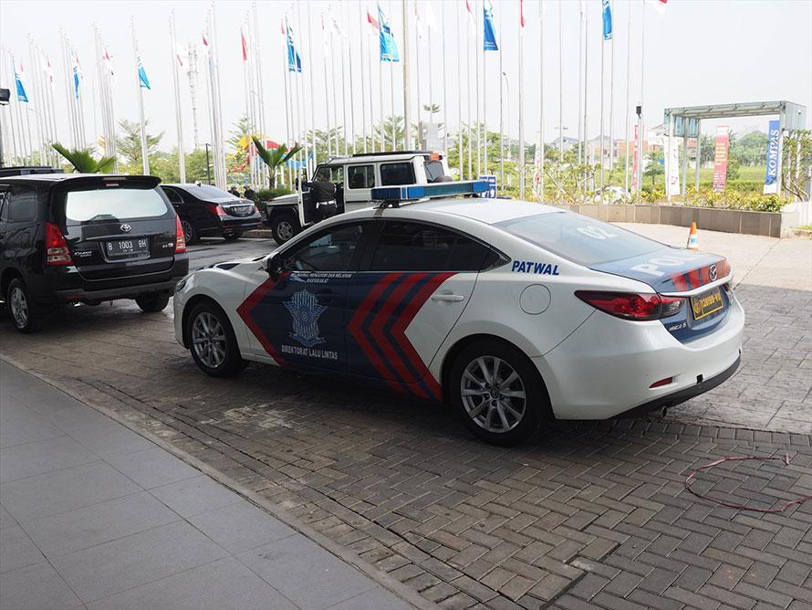 VIPの車列が間近で見られる。インドネシアの交通警察はマツダ好き。警護のマツダ6(アテンザ)パトカーはなかなかかっこいい