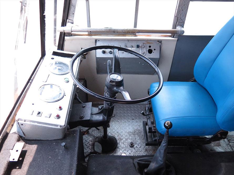 動かすためとライト類のためのスイッチだけのシンプルな運転席