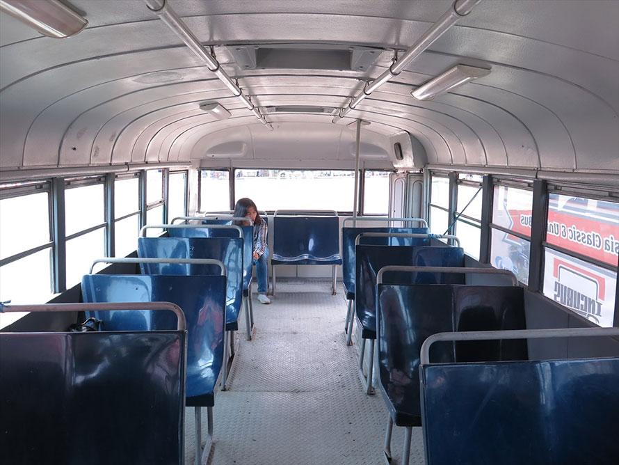 座席は海外では一般的なプラスチック製