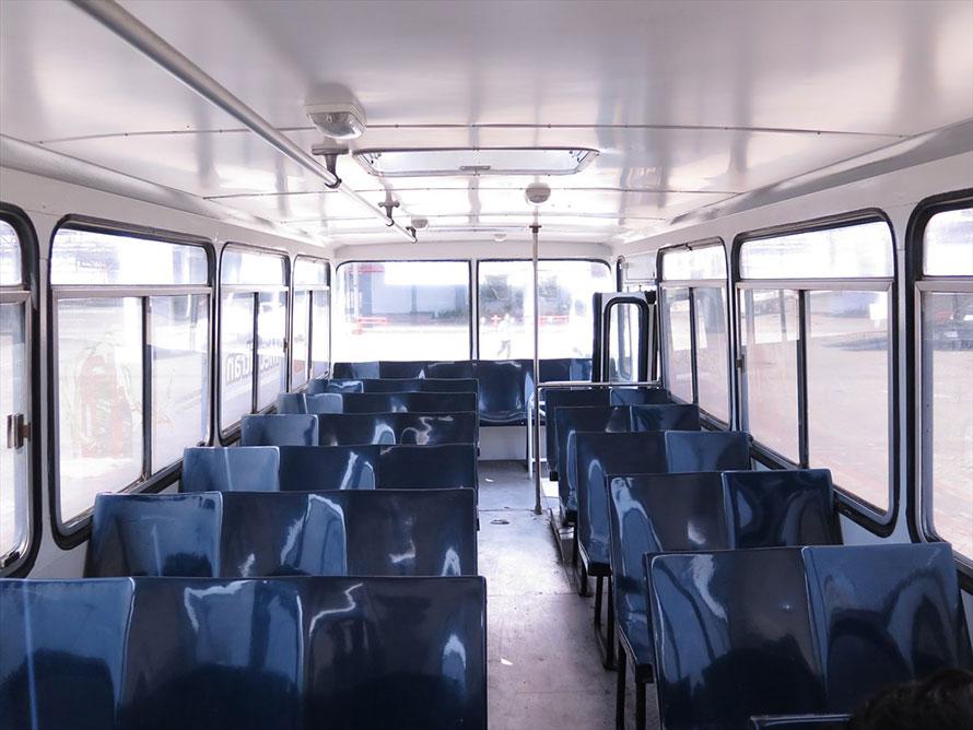 座席はプラスチック。往時は鈴なりになるほどの乗客を運んでいた。どれだけすし詰めでも車掌の手がにゅーっと伸びてきて運賃を回収された