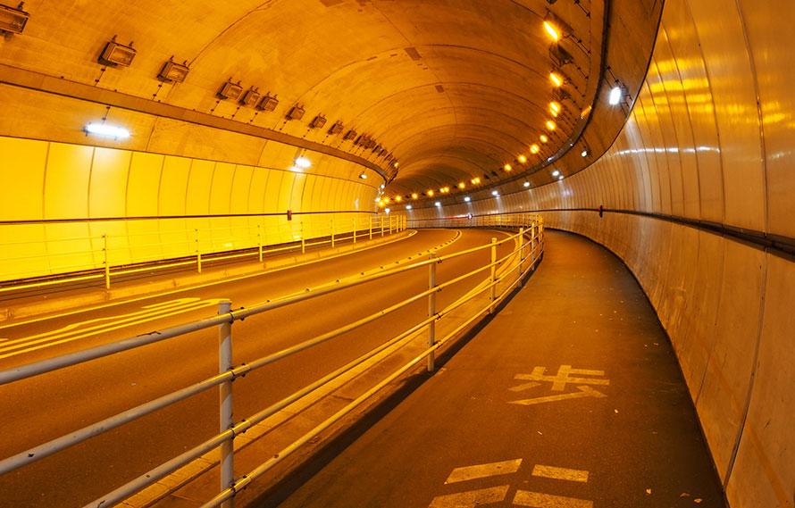 なぜトンネルの中はオレンジ色?...
