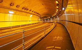 なぜトンネルの中はオレンジ色? 道路照明に隠された工夫とは