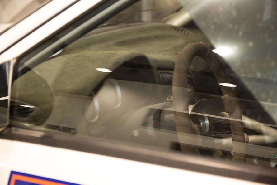 反射防止でダッシュボードはスエード素材に。メーターもタコメーターとブーストメーターのみとシンプルに
