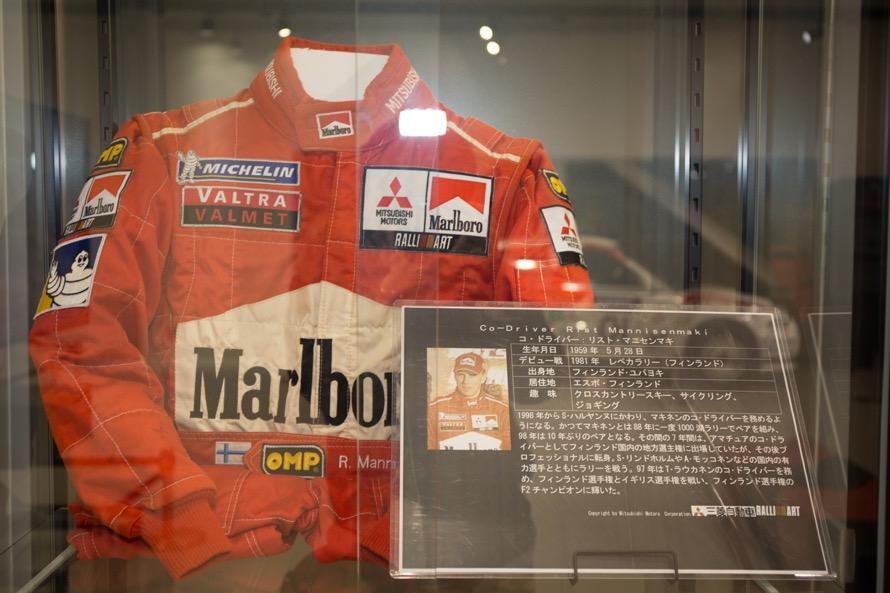 同スペースには、トミ・マキネンが1998年から2001年までタッグを組んだナビゲーター、リスト・マニセンマキ選手の1999年シーズンのスーツを展示されていた