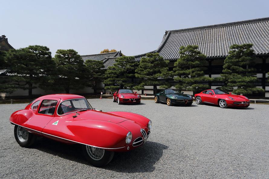 """手前は、アルファロメオ 1900 C52 """"ディスコ ヴォランテ""""(1952年)。奥の3台は、そのデザインをリスペクトして作られたアルファロメオ 8C ディスコ ヴォランテ by トゥーリング。世界でたった8台しかない、うち3台が京都に集結した"""