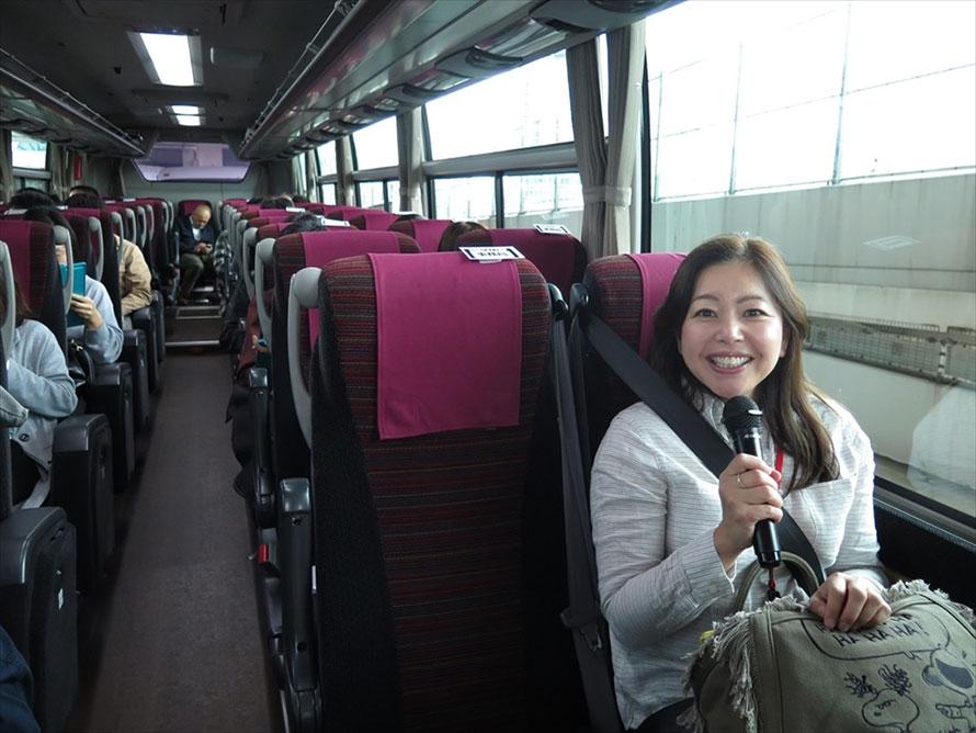 バスでも着席とシートベルト装着はマストなので、走行中も座って解説
