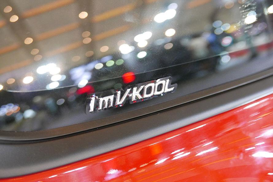 フォード・マスタングに装着されたV-KOOLのステッカー。大手メーカーはこのようにブランドを表示する