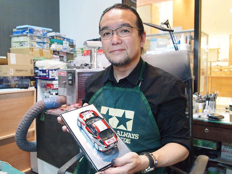 プロモデラーの長谷川伸二さん。プラモデル雑誌やテレビ出演など、多岐にわたり活躍するプラモデルのプロだ