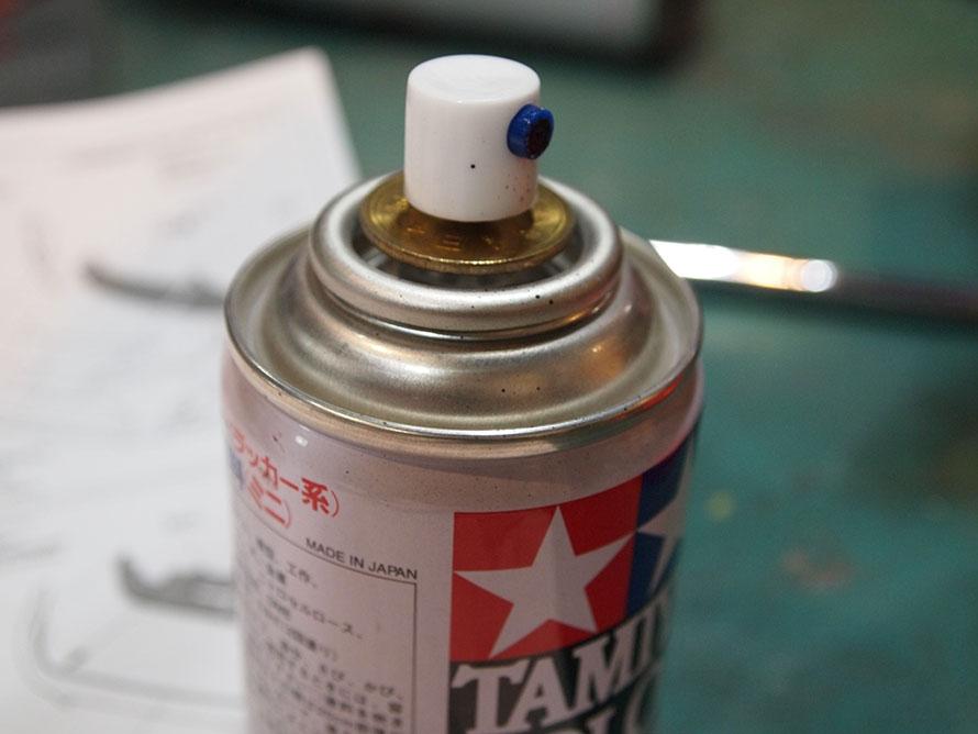 吹き付けの調整が難しいと思ったら、5円玉をノズルボタンの下に噛ませるとよい。ノズルを浅めに押すことで、塗料の吹きすぎが防げる