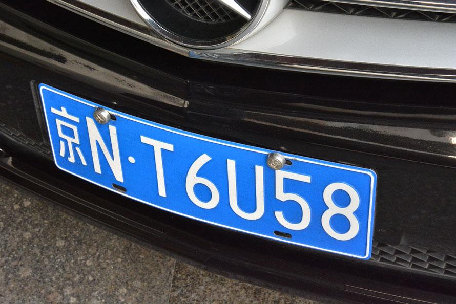 ▲左側に街を表す漢字があり、右に英語と数字が並ぶ中国のナンバープレート。