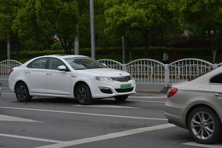 ▲上海の街を走る新エネルギー車。グリーンのナンバープレートを装着する。