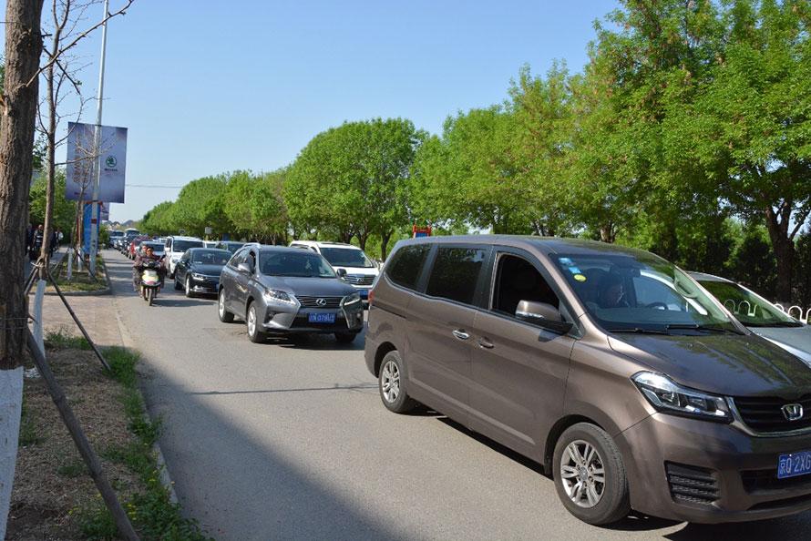 ▲急激にクルマが増えたため、街のあちこちで渋滞が発生している。