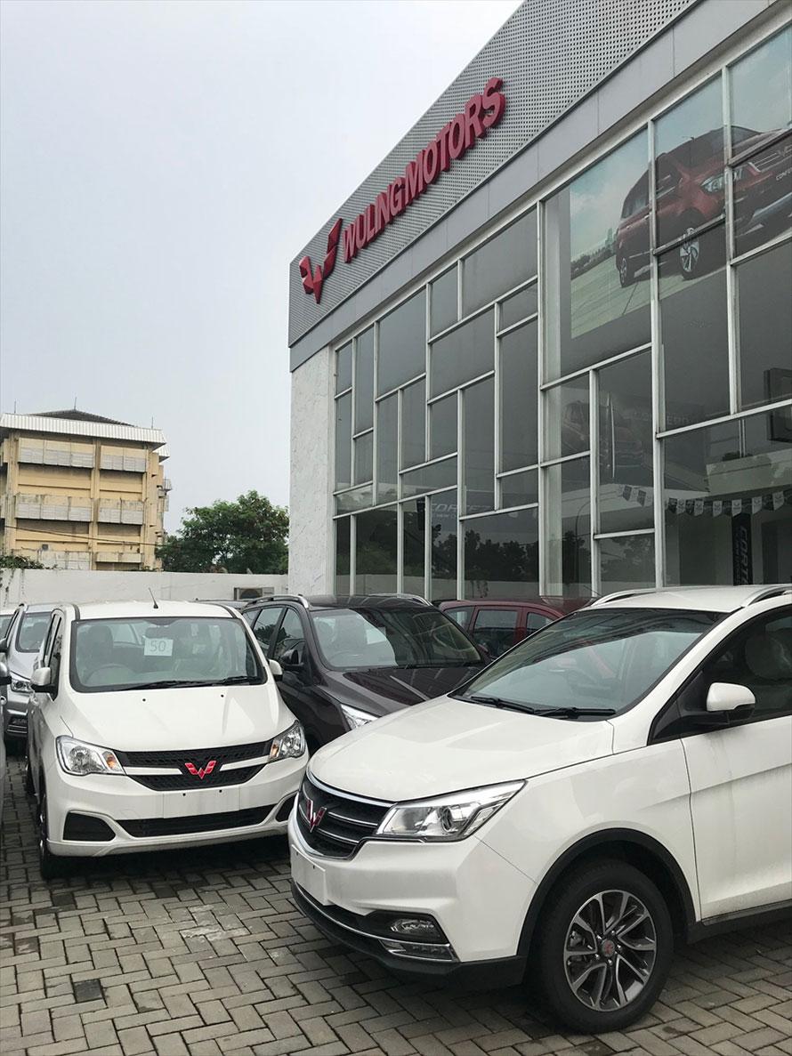 駐車場には新車がたくさん並べられていた