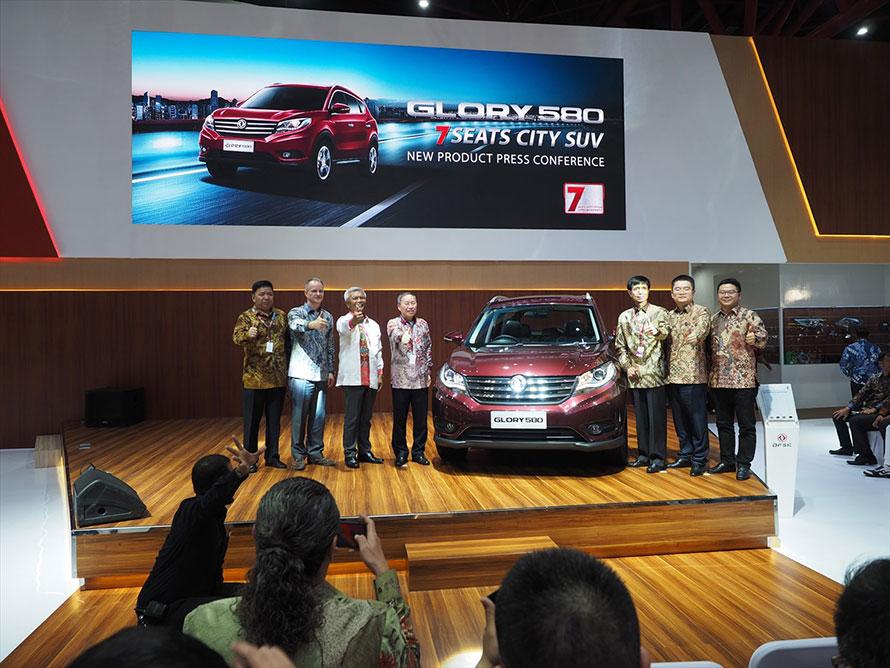 今回お披露目されたDFSKのGlory 580。インドネシア初の7年15万キロのワランティーに会場どよめく。